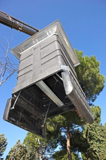 Požeminiai šiukšlių konteineriai. Iškrovimas su kabliu